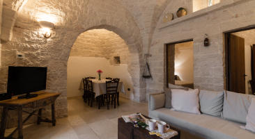 Trullo Mandorlo - sofa and dining area
