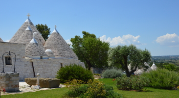 Trullo Mandorlo - trulli from the back