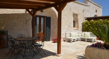 Trullo Mandorlo -outside table