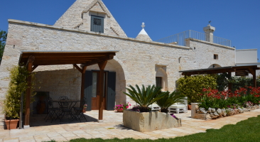 Trullo Mandorlo - outside sitting area