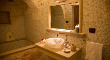 Trullo Mandorlo - Main bathroom with shower and bath tube